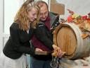 Gefühlvoll trieb Württembergs frisch gewählte Weinkönigin den Hahn ins erste Rivaner Fass Jahrgang 2009.