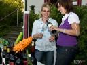 Grill und Chill in Willsbach: Weinwissen und beste Laune versprühten die WG-Mitarbeiterinen v.l. Silke Schuster und Linda Feil.