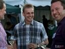 Grill und Chill in Willsbach: Fröhliche Männerrunde beim Weinprobieren in der Abenddämmerung.