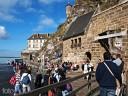 Bretagne, Mont St. Michel: Am Haupteingang sammeln sich die ersten Besucher.
