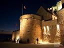 Bretagne, Mont St. Michel: Die Türme wirken durch die Beleuchtung noch eindrucksvoller.